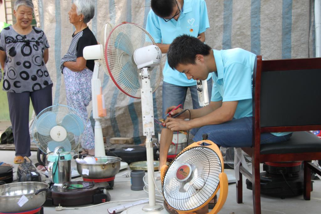 家电维修服务队为北杜镇西刘村村民义务维修小家电